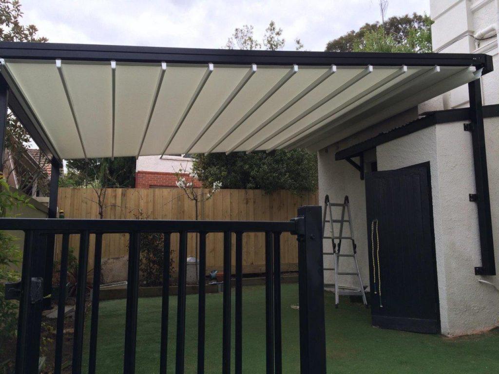 retractable roof for a pergola